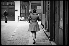 Une  femme dans le passage (Paolo Pizzimenti) Tags: paris film 50mm paolo femme olympus talon dxo f2 passage rue vignette zuiko leshalles vie argentique e5 manteau doisneau