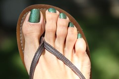 Dragon (IPMT) Tags: ocean england hot sexy verde green feet fetish dark foot perfect toes dragon painted polish thong barefoot pedicure sandalia sandal toenails shimmer toenail chancleta minded pedi a