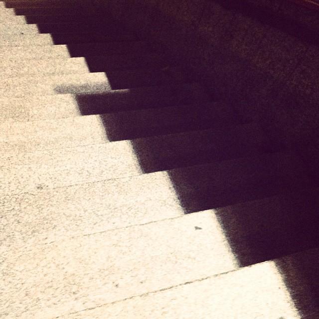 Scale di notte. Come giorno.
