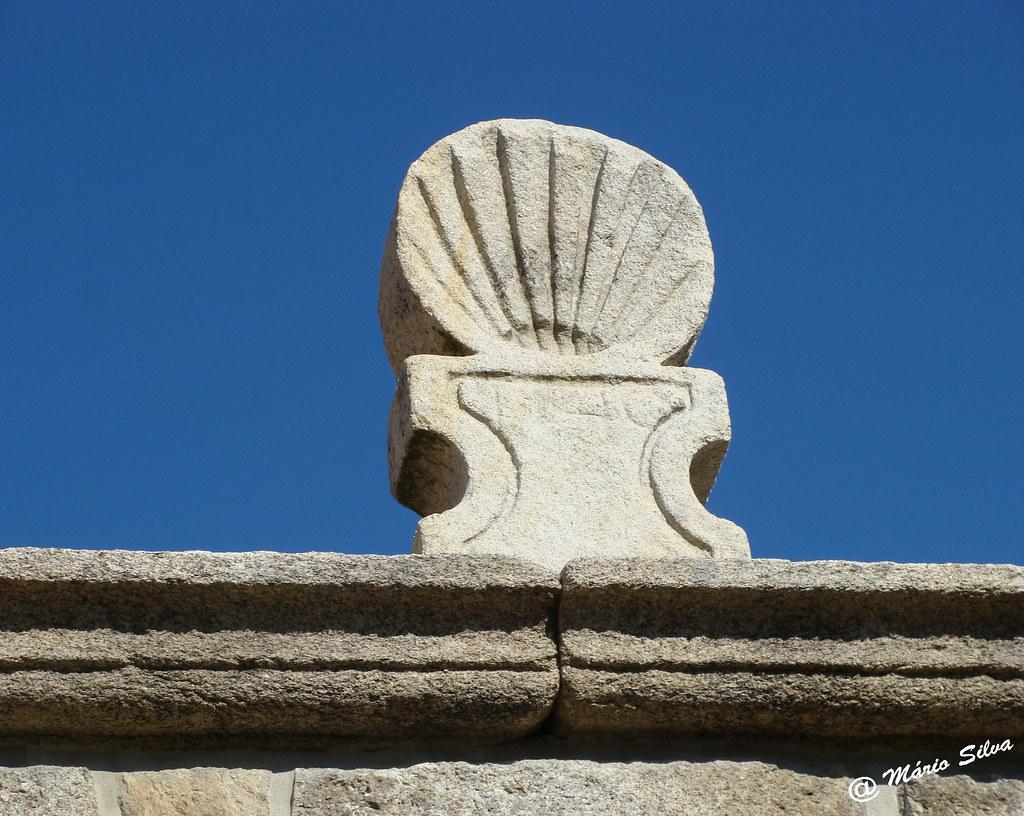 Águas Frias (Chaves) - ... ornamento de pedra em forma de concha no pórtico em Cimo de Vila...