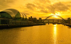 Golden sunset on the river tyne (WISEBUYS21) Tags: sun going down sunset yellow glow reflection river tyne newcastleupontyne tynebridge highlevelbridge swingbridge sage baltic sky sunshine cityscape city east england gateshead jmwturner milleniumbridge nyūkassuru nyukasl north quayside wisebuys21 ripples cloud