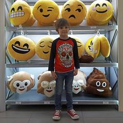 2017.04.01.juanjo.maria.aperitivo (49.00.01) (maximorgana) Tags: emoji whatsapp poo pooh monkey juanjo trainers red allstar converse sixbunnies skull mexican heart blond