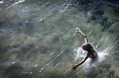 © monica silveira (© monica silveira | fotografia) Tags: mar menino mergulho praia nikon nikor água criança pulo