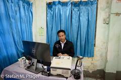 723-Mya-Tachilek-005.jpg (stefan m. prager) Tags: kontrolle zoll grenze visum immigration myanmar tachilek beamter personenüberprüfung asien tachileik tambonmaesai changwatchiangrai thailand th