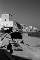 Couple hug in Otranto (pierocarrozzo) Tags: praktica tl 1000 ilford hp5 400 800 salento italy italia pellicola film photography otranto sea mare