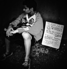 (Aaron Montilla) Tags: aaronmontilla 2017 boy chico byn bw protest protesta 10a2017 fineart fotografiadeautor streetphotography fotodecalle fotografiacallejera documentaryphoto fotografiadocumental photojournalism fotografiaperiodistica blackwhite blancoynegro iso200 phonography fonografia fotografia photography skancheli internationalflickrawards