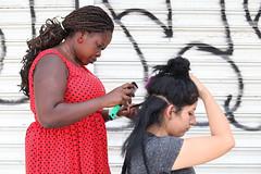 Loveli braids. (Chema Cárdenas - Fotoperiodista) Tags: haiti migracion migrantes rojo trenzas trabajo esperanza mexicali mexico haitianos inami multicultural frontera tijuana border braids peinados
