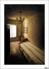 La celda (V- strom) Tags: texturas textures interiordesign interiorismo abandonado abandoned cama bed luz light ventana window nikon nikon2470 nikon50mm irix15mm granangular uga