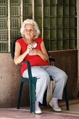 La Habana: vendiendo pomos (Luz D. Montero Espuela (LULIBELULA)) Tags: street trip travel portrait people woman calle mujer amrica pentax retrato cuba viajes anciana habana canas caribe lahabana grayhair whitehair k7 latinoamrica pentaxk7 luzdmonteroespuela vision:people=099 vision:face=099 vision:text=0634 vision:outdoor=0539