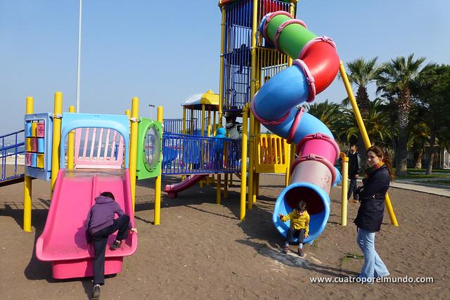 Los pekes jugando a tope en el parque