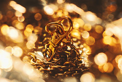 Chain (Fortunes2011.Toy Heart) Tags: macromondays madeofmetal bokeh depthoffield helios metal gold chain jewlery