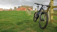 Old farmhouse & Stumpumper (Fast an' Bulbous) Tags: mtb mountain bike bicycle shimano garmin specialized carbon stumpjumper england northamptonshire