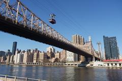 Az East River felett átívelő Queensboro Bridge a Roosevelt Istand Tramway kabinjával (sandorson) Tags: newyork nyc usa manhattan queensborobridge rooseveltisland