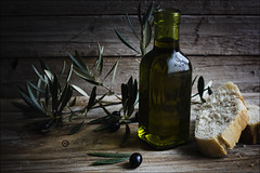 Proyecto 97/365 (Art.Mary) Tags: aceite huile oil olive oliva bodegón stilllife naturemorte proyecto365 canon pan pain bread aceitedeoliva huiledolive oliveoil cristal crystal verre botella bouteille bottle aceitunanegra
