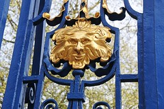Gates on the Piccadilly (north) side of Green Park. (Dun.can) Tags: piccadilly w1 london mayfair greenpark gates gold greenman victorian bokeh