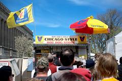 Chicago Style (Andy Marfia) Tags: chicago museumcampus fieldmuseum hotdogstand hotdog line viennabeef chicagostyle umbrella flag marchforscience mfschi d7100 1685mm 1500sec f8 iso100