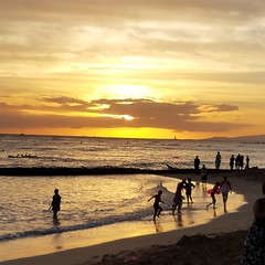 Waikiki Beach at sunset (Scott Beveridge) Tags: waikikibeach sunset honolulu hawaii oahu