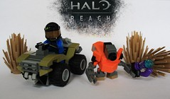 Moongoose and Grunt (Numbers:123456789) Tags: lego halo pistol plasma reach minifigure 2013 minifigurs