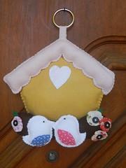Decoração para porta (Katrin H. Moecke) Tags: flores casa pano rosa pássaro porta fuxico coração feltro lar decoração marrom bege tecido