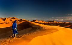 Caminando por las dunas (marianobs) Tags: contraluz sand desert arena morocco desierto marruecos texturas contrastes d4 2470mm ©marb