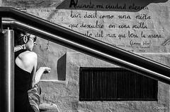 """Pensando...pensando"" (http://candelaphotographer.wordpress.com/) Tags: b blancoynegro calle mujer nikon foto chica y mayor n alicante espalda otoo casco serie antiguo joven suelo pensamiento fotografa poesa pensador d7000"