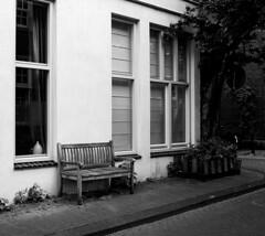Nos volveremos a encontrar (Manuel Gayoso) Tags: jordaan amsterdam holanda banco ventana calle adoquines esquina vacio soledad ausencia blancoynegro monocromo