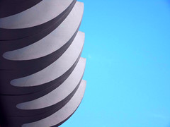 Rips (Ed Sax) Tags: rippe rippen beton weis blau himmel fassade dekor architektur art kunst spalten form gestaltung design edsax berlin alexanderstrase ddr sozialismus schick 1970th ostalgie