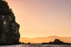 En fin d'été, vivement le prochain. (Bouhsina Photography) Tags: été 2016 vue mer ras tarf cabo negro tétouan tetuan maroc coucher soleil lumière montagne couches rif canon 7dii ef2470 bouhsina bouhsinaphotography rocher ile silhouette