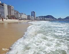 Um dia de outono em Copacabana... MCris (MCrissssss) Tags: nuvens água mar oeano gente natureza arquitetura beach praia copacabana