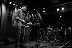 Steve Coleman Reflex Trio (jazzfoto.at) Tags: sonyalpha sonyalpha77ii alpha77ii sw schwarzweiss blackandwhite blackwhite noirblanc bianconero biancoenero blancoynegro sony blitzlos ohneblitz noflash withoutflash wwwjazzfotoat wwwjazzitat jazzitsalzburg jazzitmusikclubsalzburg jazzitmusikclub jazzfoto jazzfotos jazzphoto jazzphotos markuslackinger jazzinsalzburg jazzclubsalzburg jazzkellersalzburg jazzclub jazzkeller jazzit2017 jazz jazzsalzburg jazzlive livejazz konzertfoto konzertfotos concertphoto concertphotos liveinconcert stagephoto greatjazzvenue greatjazzvenue2017 downbeatgreatjazzvenue salzburg salisburgo salzbourg salzburgo austria autriche stevecoleman stevecolemantrio stevecolemanreflextrio