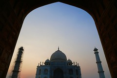 Beauty under the arch (Alex L'aventurier,) Tags: agra india inde uttarpradesh tajmahal architecture unesco wonder framing cadrage sunset coucherdesoleil minarets mughal mausoleum sky ciel merveille