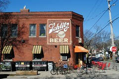 The beer that Milwaukee Famous (Cragin Spring) Tags: midwest milwaukee milwaukeewi milwaukeewisconsin wisconsin urban city riverwest building architecture schlitzbeer schlitz bier beer piwo bicycle corner intersection wi