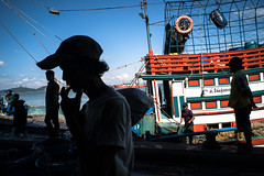 * (Sakulchai Sikitikul) Tags: street snap streetphotography songkhla sony a7s voigtlander 28mm thailand boat smoking silhouette worker fishmarket