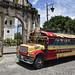 Un pittoresco bus di fronte all'entrata del Monastero di San Francisco