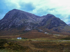 scottish landscape (maikepiel) Tags: sky house mountain berg clouds wiese himmel wolken haus