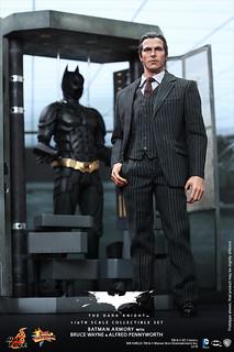 Hot Toys - MMS236 - 黑暗騎士:1/6 比例 蝙蝠俠武器櫃 布魯斯偉恩 & 阿福人偶 套裝組