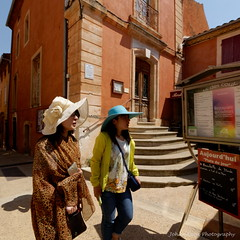 Roussillon and the Ochre Trail (Johan Konz) Tags: ochre trail village townhallsquare roussillon luberon provencealpescôte dazur france outdoor cityscape townhall square tourists people building hill nikon d90