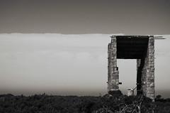 Encadré (Atreides59) Tags: jersey channel islands ile anglo normande anglonormande anglonormandes normandes iles mur atlantique atlantik wall atlantikwall atlantic war world ww2 wwii welt krieg weltkrieg bunker blockhaus blockhouse vestige vestiges atreides atreides59 cedriclafrance noir et blanc noiretblanc nb black white bw blackandwhite ciel sky nuages clouds