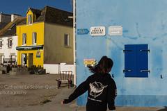 RUE ABBE LE BORGNE. Ile de Sein (Cathy Le Scolan-Quéré Photographies) Tags: sein iledesein girl fille running courir maison bleu jaune house blue yellow quaisud bretagne finistère rueabbéleborgne