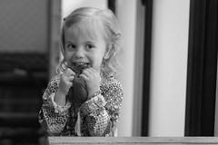 Piluli! (luenreta) Tags: 7dwf retrato niño bw happy infancia juegos