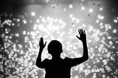 vancouver 2017 (SimonSawSunlight) Tags: blackandwhite analogue film m rangefinder documentary street photography vancouver bc british columbia canada aquarium silhouette hands jelly fish jellyfish fishtank water gesture m2 35mm trix 400 400asa ilford ilfotec ddx