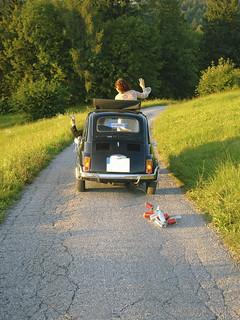 Blechdosen am Hochzeitswagen