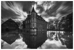 Castle Heeren, early-baroque moated castle (Wayne Interessiert's) Tags: schloss castle chateau barock baroque burggräfte moat douves landschaft landscape paysage wolken clouds nuages himmel sky ciel monochrome bw blackwhite noirblancphoto wasserspiegelung waterreflexion réflexiondeau langzeitbelichtung longtimeexposure longuedeexposition bäume trees arbre leefilters bigstopper