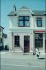 1995-06-27-0029.jpg (Fotorob) Tags: werkwoonhuis apotheek woningenenwoningbcomplx winkelwoning gezondheidszorg cultgezondhwetenschap analoog tafereel schotland scotland mallaig highland