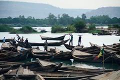 Enchevetrement (Dlirante bestiole [la posie des goupils]) Tags: africa wood people water port landscape boat sand barcos mali bamako afrique nigerriver scenicwater kalabankoro