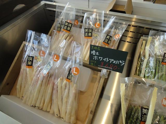 市場では、とれたてのホワイトアスパラを始め新鮮な野菜が並ん。 美瑛選果