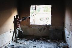 Είναι μόλις 13 χρονών, όμως η ψυχή του έχει ήδη αντικρίσει κάθε είδους ωμότητα. Ο Μοχάμεντ, κανονικός στρατιώτης πια στον Ελεύθερο Στρατό της Συρίας, σημαδεύει με το όπλο του στην πόλη Αλέππο. (πηγή: Molhem Barakat—Reuters)