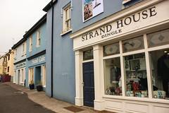 Dingle [Ireland] (Melvinia_) Tags: blue ireland house shop strand canon coast magasin dorf village dingle irland kerry 1855mm typical f56 peninsula maison irlande 18mm halbinsel pninsule canoneos450d digitalrebelxsi
