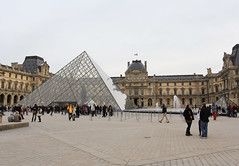 Muse du Louvre (LostNCheeseland) Tags: paris museum pyramid louvre palaisdulouvre