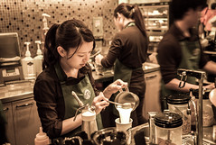 Cute barista (Luzifur) Tags: life street girls japan photography japanese starbucks m8 jupiter